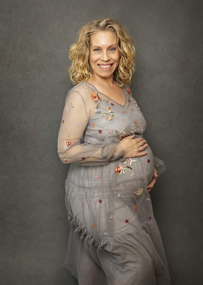 pregnant-lady-grey-floral-dress