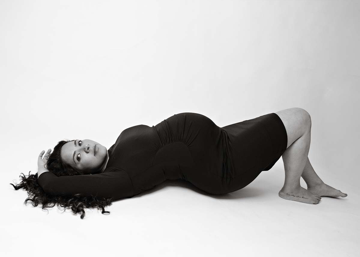 pregnant-lady-lying-down-black-and-white