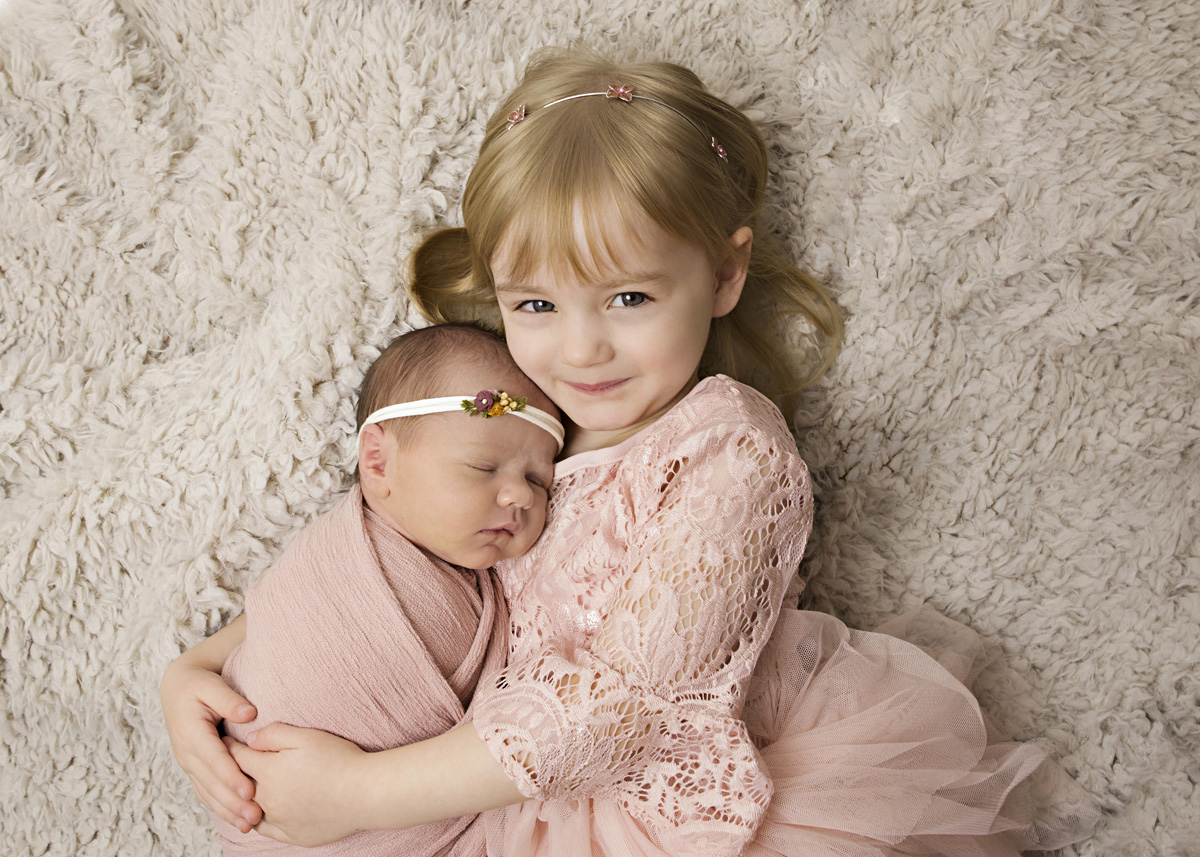 sister-and-newborn-pink-3