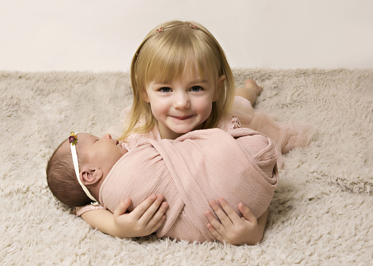 sister-and-newborn-pink-4