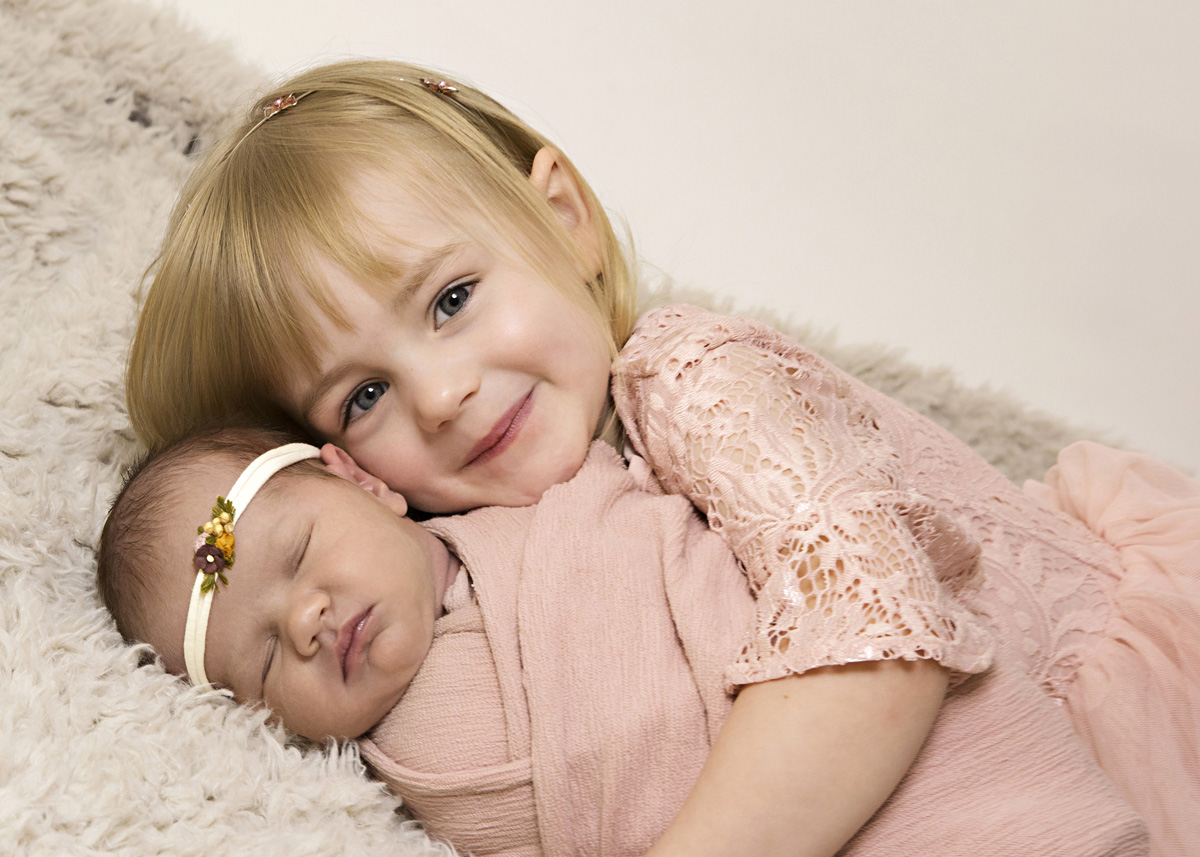 sister-and-newborn-pink-5