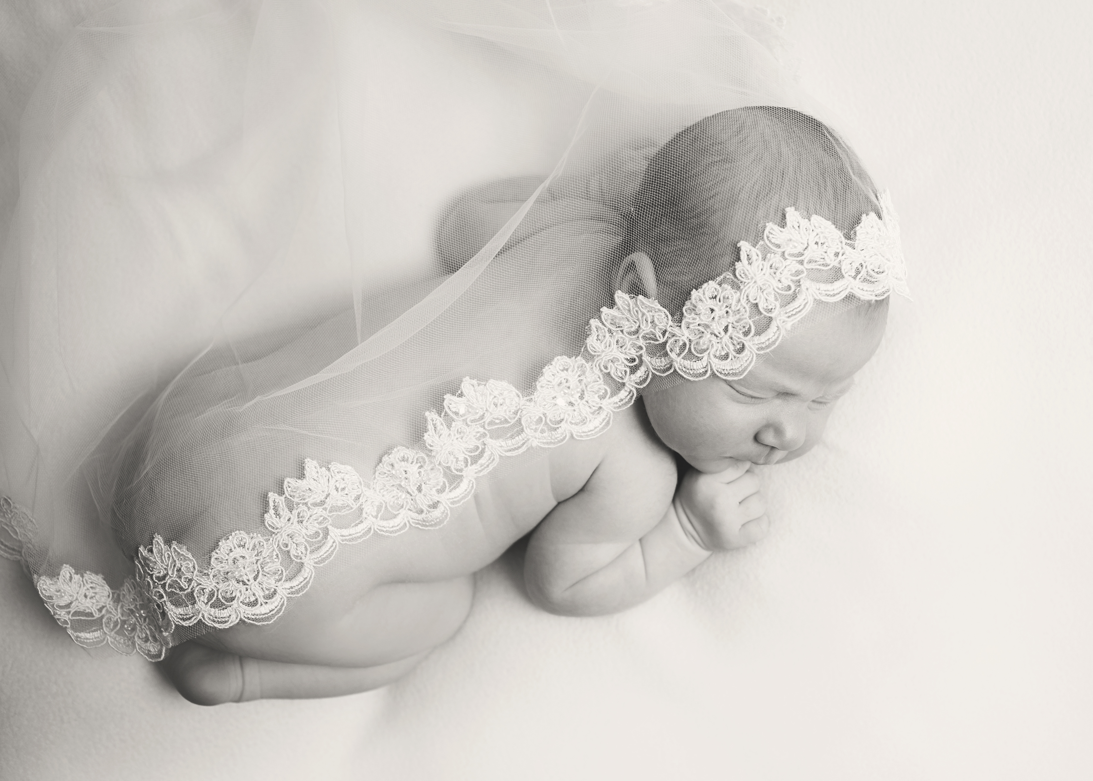 newborn-with-vale-black-and-white
